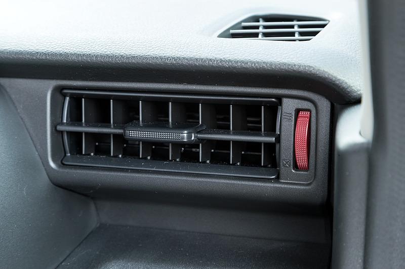 運転席側のエアコン吹き出し口。こちらも赤のアクセントが入る
