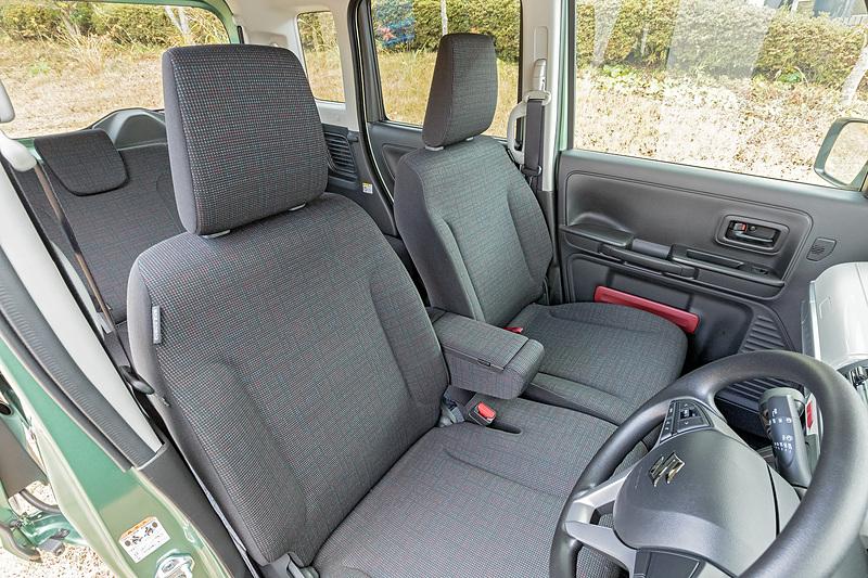 フロントシートはベンチタイプ。中央にはアームレストを装備