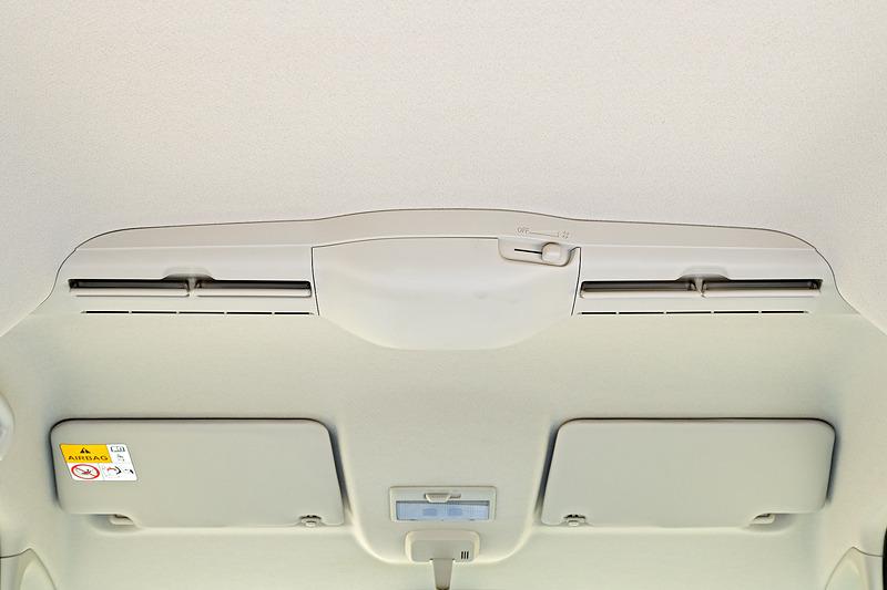 後席の快適性を高めるスリムサーキュレーターはHYBRID Xに標準装備