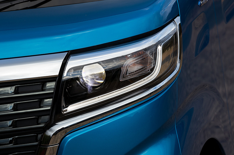 ヘッドライトの点灯パターン。カスタムは全車ヘッドライト、ポジションランプ、フォグランプのすべてがLEDになる