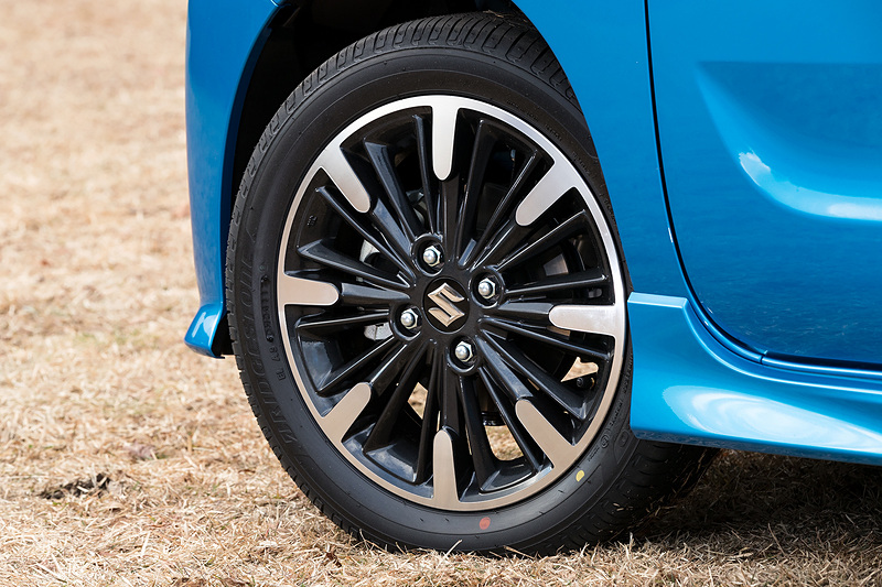 XS系グレードにはアルミホイールが標準装備。タイヤサイズは165/55 R15