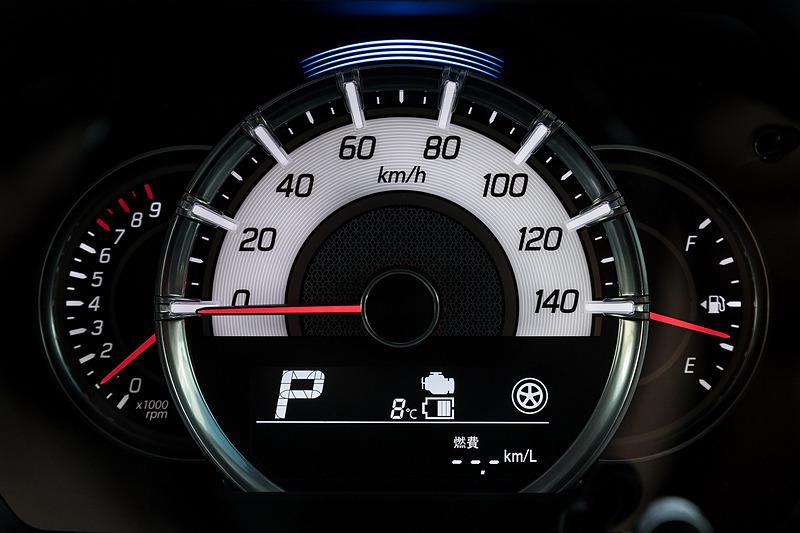 大きなスピードメーターを中心とした3眼メーターを採用。下部にはエネルギーフローインジケーターなどを表示可能なマルチインフォメーションディスプレイを装備