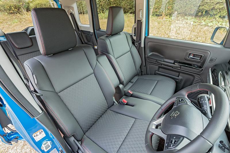 フロントはショルダーまわりのボリュームをアップした専用シートを装着。運転席シートヒーターは全車標準装備、助手席シートヒーターは4WD車に標準装備される