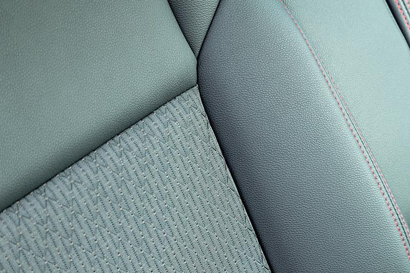 XS系グレードのシート表皮はレザー調とファブリックのコンビネーション。ステッチもレッドになる