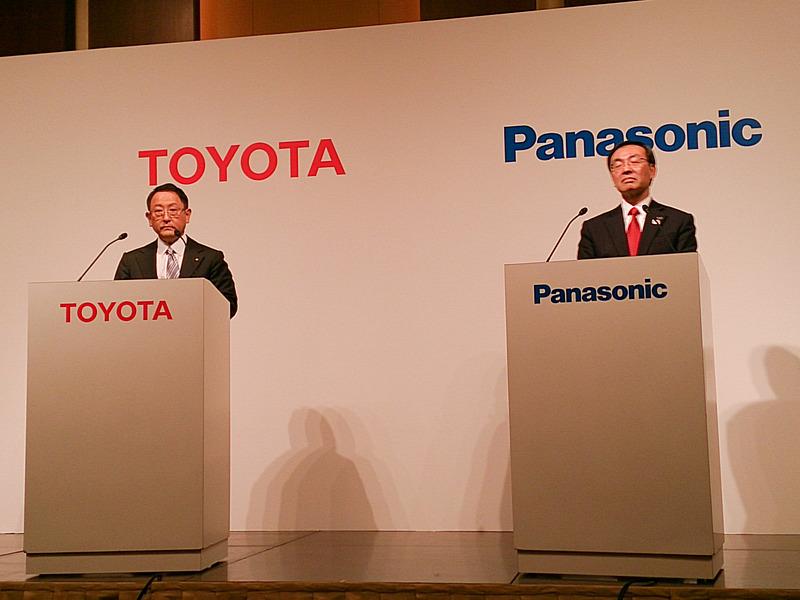 共同記者会見を行なう、トヨタ自動車株式会社 代表取締役社長 豊田章男氏(左)と、パナソニック株式会社 代表取締役社長 津賀一宏氏(右)
