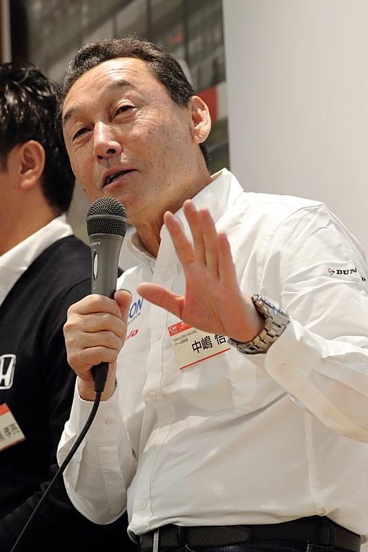 NAKAJIMA RACING チーム総監督の中嶋悟氏。国内では当時のトップカテゴリーだったF2で5回のチャンピオンを獲得。1987年からはチームロータスでF1に参戦。チームロータス時代はアイルトン・セナ、ネルソン・ピケがチームメイトだった。1990-1991年はティレルレーシングに所属。このときはジャン・アレジ、ステファノ・モデナがチームメイト。F1時代の最高順位は4位。当時の日本はF1が大ブームだったので「F1ドライバー 中嶋悟」は国民的ヒーローでもあった
