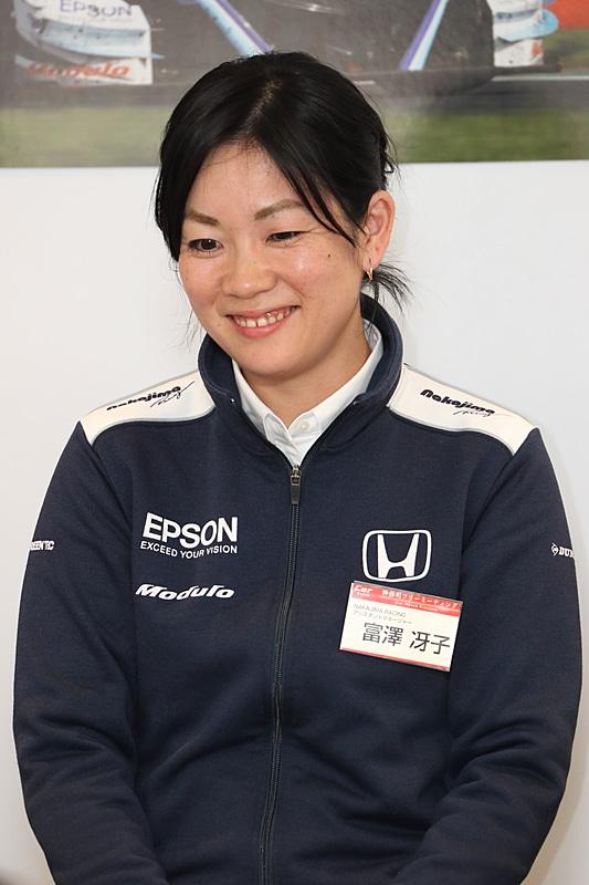 チームの世話役であるアシスタントマネージャーの富澤冴子氏。2005年よりレース界でレースの仕事を始める。2008年からはNAKAJIMA RACINGでアルバイトを開始。その後の2014年に中嶋企画へ入社した。サーキットではアシスタント業務を行ない、オフィスでは総務と経理事務を担当している