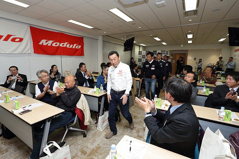 定刻になりこの日のゲスト、NAKAJIMA RACINGのメンバーが拍手に迎えられて会場へ入室
