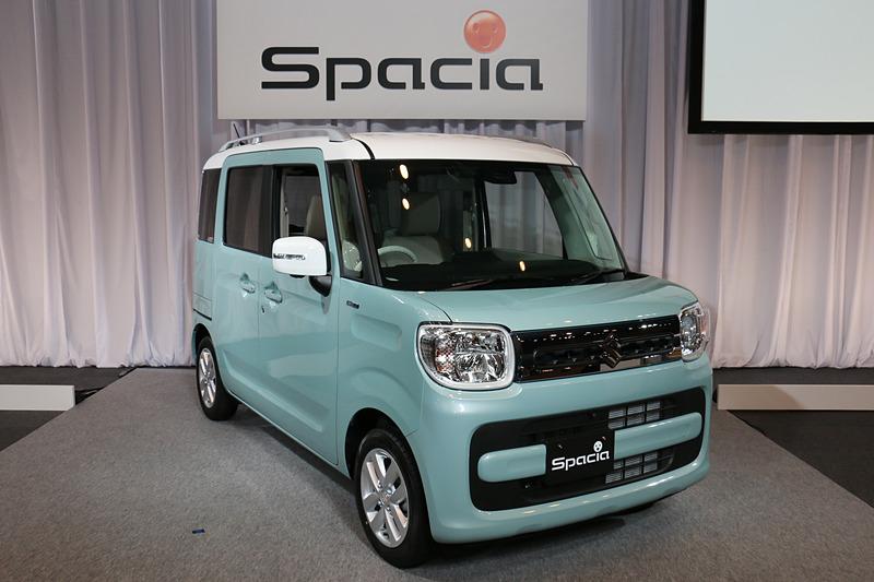 ベースモデルに位置付けられるスペーシア。ボディサイズは3395×1475×1785mm(全長×全幅×全高)で、ルーフレール装着車(写真)は全高が15mm高まり1800mmとなる