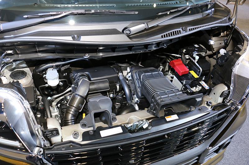 スペーシア カスタムのみに設定されるターボエンジン。直列3気筒DOHC 0.66リッターターボ(マイルドハイブリッド)で最高出力47kW(64PS)/6000rpm、最大トルク98Nm(10.0kgm)/4000rpmを発生。JC08モード燃費は2WD(FF)車が25.6km/L、4WD車が24.0km/L