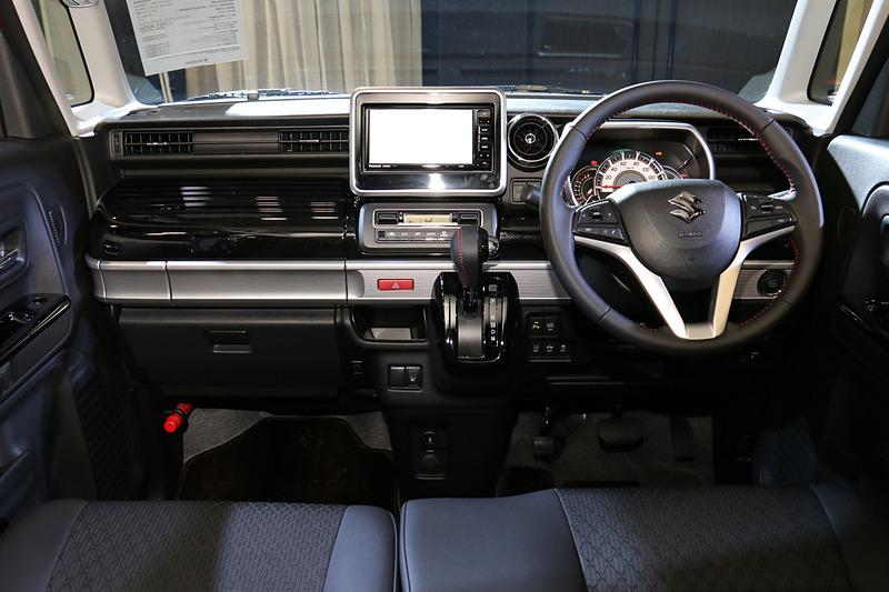 スペーシア カスタム HYBRID XSターボのインパネ。スペーシア カスタムの内装色は全車ブラック