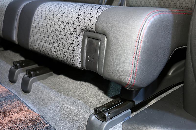 リアシートは座面下側にあるレバーで前後に210mmスライド