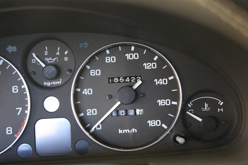 クラシックレッドのロードスターの走行距離は18万5422km