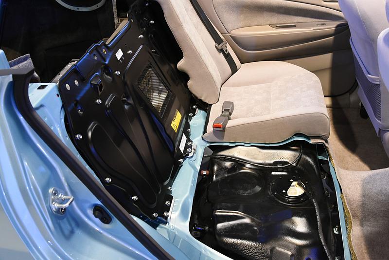 駆動用バッテリーはリアシートとトランクのあいだに縦型配置