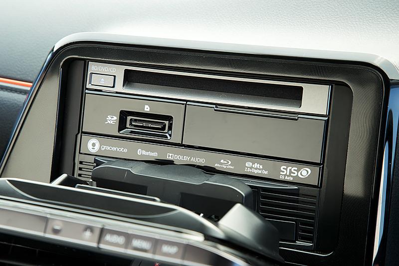 チルトも-20度~60度で調整可能。手前まで倒すとBlu-rayディスクやSDメモリーカードスロットにアクセスできる