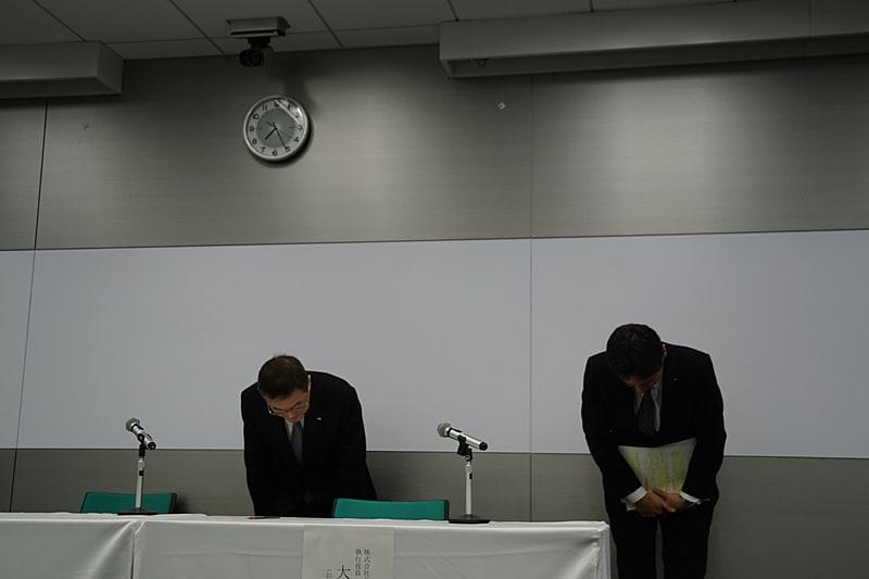 株式会社スバル 代表取締役社長 吉永泰之氏(左)と同 執行役員 品質保証本部長 大崎篤氏(右)