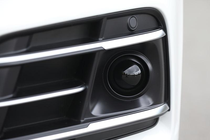 新しいQ5シリーズではフロントグリル(写真中央)やドアミラー、リアハッチなどのカメラ、フロントバンパー両サイドのレーダーセンサー(写真右)などに加え、フロントウィンドウのカメラ、前後の超音波センサーなどを標準装備。アダプティブクルーズコントロール、アウディ プレゼンス シティ、アウディ プレゼンス リア、サラウンドビューカメラなどの先進装備を機能させる