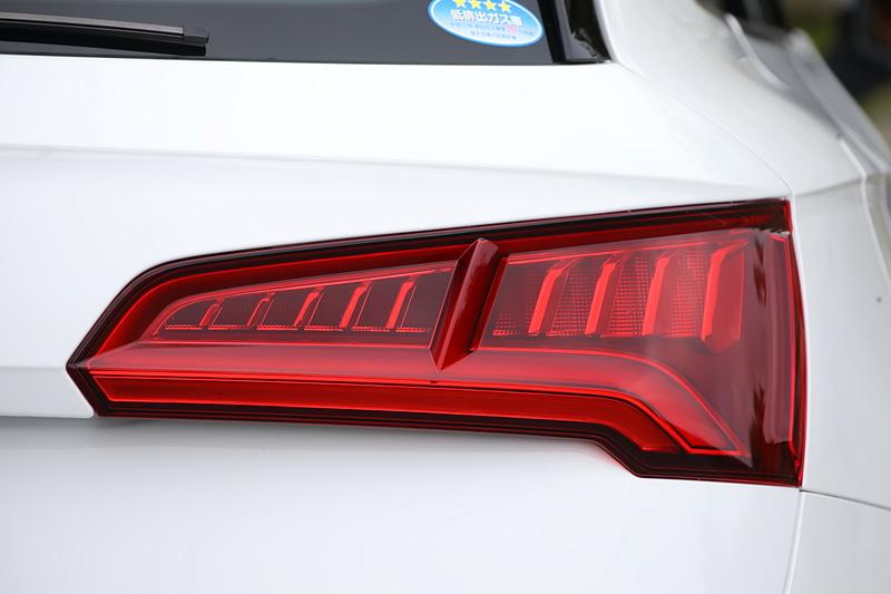 """LEDリアコンビネーションランプのリアウインカーは、""""流れるウインカー""""と呼ばれる「ダイナミックターンインジケーター」となる"""