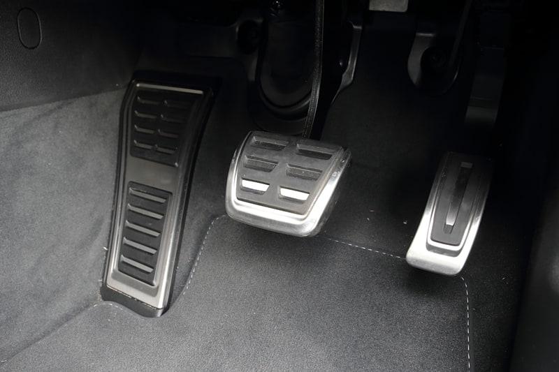 SQ5のペダル類はメタル調。大型のフットレストも備える
