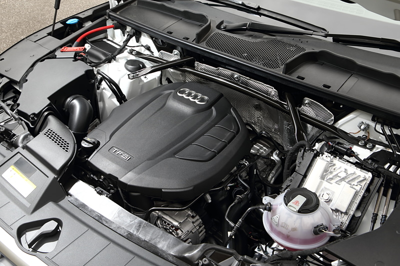 Q5に搭載する「DAX」型エンジン。直列4気筒DOHC 2.0リッター直噴ターボで最高出力185kW(252PS)/5000-6000rpm、最大トルク370Nm(37.7kgm)/1600-4500rpmを発生。JC08モード燃費は13.9km/L