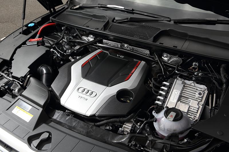 SQ5に搭載する「CWG」型エンジン。V型6気筒DOHC 3.0リッター直噴ターボで最高出力260kW(354PS)/5400-6400rpm、最大トルク500Nm(51.0kgm)/1370-4500rpmを発生。JC08モード燃費は11.9km/L