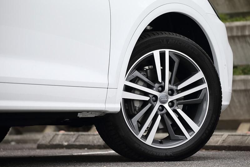 標準モデルの2.0 TFSI クワトロはタイヤサイズが235/60 R18となるが、限定車のQ5 1st editionは20インチのコントラストグレーポリッシュホイールを装着。タイヤサイズは255/45 R20