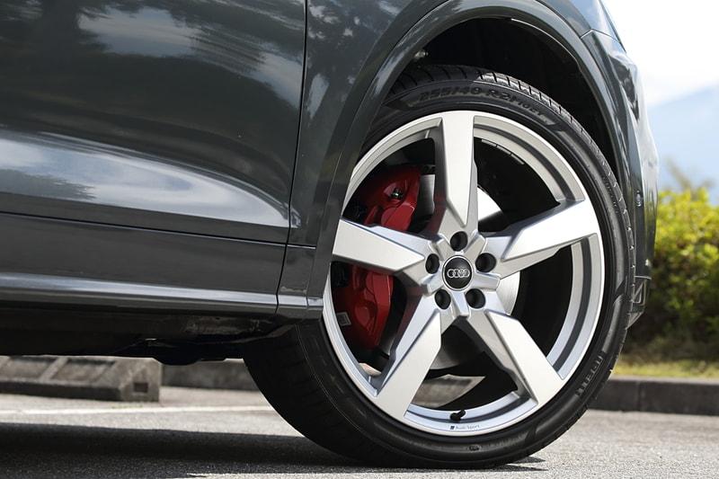 SQ5の標準タイヤはQ5 1st editionと同じ255/45 R20だが、試乗車はオプション設定の255/40 R21に変更。タイヤ&ホイールのセットで20万円高