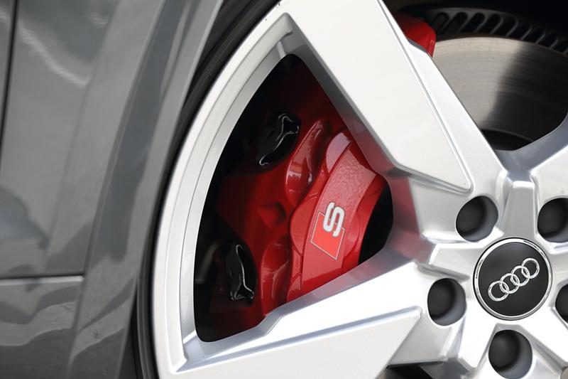 全車で4輪ベンチレーテッドディスクブレーキを採用。レッド塗装のカラードブレーキキャリパーはSQ5専用オプション(6万円高)