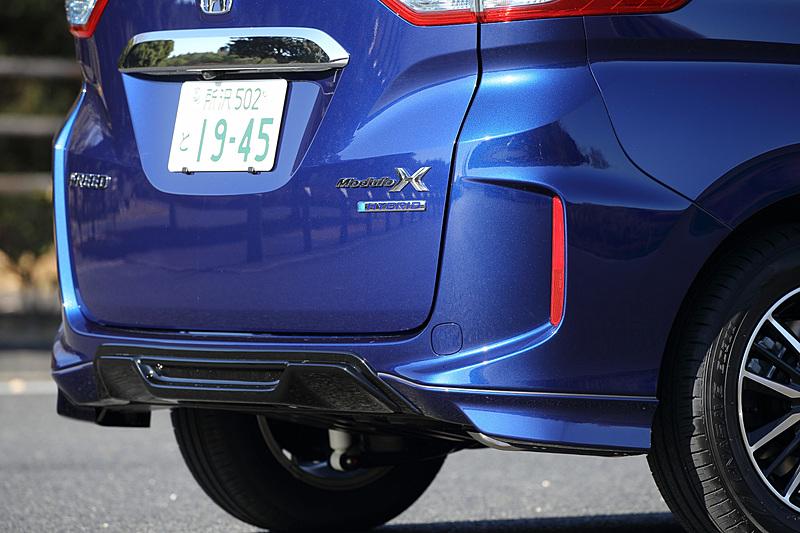 リアまわりではリアロアスカート、テールゲートスポイラーが専用品になるとともに、「Modulo X」の専用バッヂも与えられる