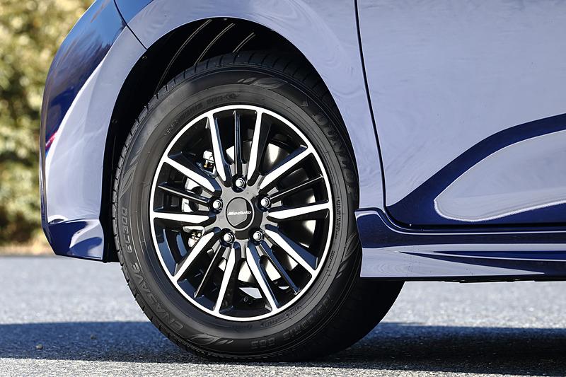 15インチの専用アルミホイールは軽量化と同時に剛性を最適化。タイヤはダンロップ「ENASAVE EC300」(185/65 R15)を組み合わせる。サスペンションは専用セッティングのショーワ製で、車高はベース車から変動しない