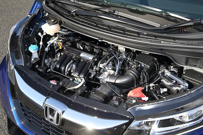 撮影した「HYBRID ModuloX HondaSENSING」はパワートレーンに直列4気筒DOHC 1.5リッターアトキンソンサイクルエンジンにモーター内蔵7速DCTを組み合わせる。エンジンの最高出力は81kW(110PS)/6000rpm、最大トルクは134Nm(13.7kgm)/5000rpm。モーターの最高出力は22kW(29.5PS)/1313-2000rpm、最大トルクは160Nm(16.3kgm)/0-1313rpm
