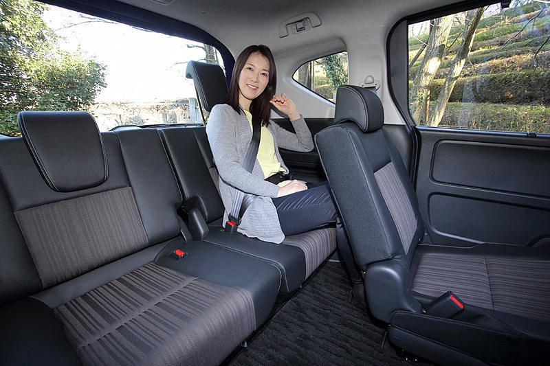 インテリアカラーは専用のブラック&モカカラー。ピアノブラック調のインテリアパネルやブラック/モカのシート表皮を採用する