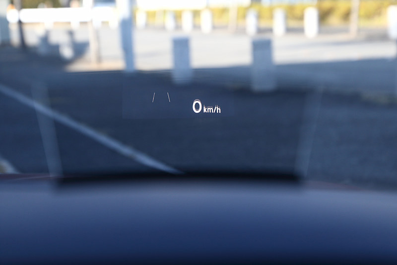 R-Line 4MOTION Advanceではアラウンドビューカメラ「Area View」、駐車支援システム「Park Assist」に加え、スタティックコーナリングライト、ダイナミックライトアシスト、ヘッドライトウォッシャー/オールウェザーライト、ヘッドアップディスプレイ、デジタルメータークラスター「Active Info Display」、パワーシート(運転席/助手席)、シートヒーター(運転席/助手席/後席左右)など、さまざまな快適装備が与えられる