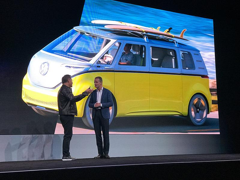 NVIDIA CEO ジェンスン・フアン氏(左)とフォルクスワーゲンCEO Dr.Herbert Diess氏(右)