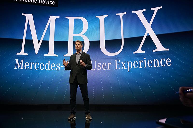 MBUXについてプレゼンテーションするDaimler AGのOla Kallenius氏