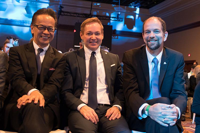 プレスカンファレンス終了後、QAセッションを担当したトヨタ自動車株式会社 副社長 友山茂樹氏(左)。同様に海外メディアのQAを担当した、TCNA(Toyota Connected North America, Inc.)のザック・ヒックス(Zack Hicks) CEO(中央)、TRI(Toyota Research Institute, Inc.)のギル・プラット(Gill A. Pratt) CEO(右)