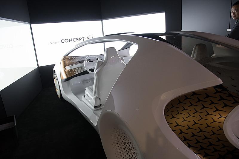 1年前から進化して「CES 2018」に登場した、人工知能搭載車「Concept-愛i」のコックピット