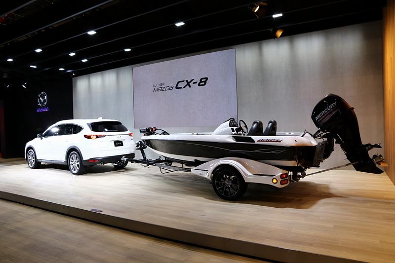 CX-8は、国内では珍しくディーラーオプションでトレーラーヒッチを用意している。マツダブースのステージ上にはバスボートをけん引するCX-8を展示。CX-8は標準で750kgのけん引性能を持っているので、このくらいの大きさのボートなどは容易に引っ張ることが可能となる