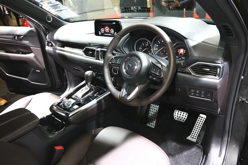 CX-8のカスタマイズ車両も展示している。マフラーは左右2本出しの特別仕様(MAZDASPEED)で、参考出品。足まわりとブレーキ、タイヤ・ホイールも参考出品のパーツで、ブレーキはブラックのペイントキャリパー、ホイールは新しいデザインを用いた20インチで、タイヤはトーヨータイヤの「PROXES T1 Sports SUV」を履いている。サスペンションは、特別仕様(MAZDASPEED)で、フロントを40mm、リアを65mm下げている