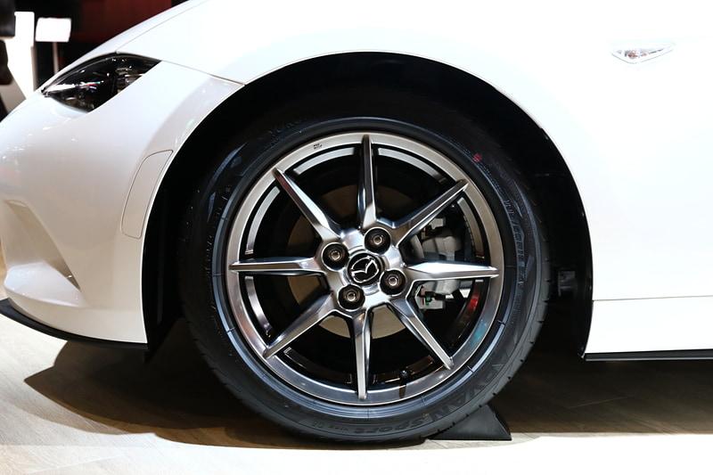 ロードスターの特別仕様車となる「RED TOP」。内外装にはディーラーオプションとなるLEDバルブやウインカーバルブなどを装備。サスペンションは特別仕様(MAZDASPEED)の車高調整式が装備されていて、純正よりフロント20mm、リア15mmをダウンする。サスペンションは参考出品