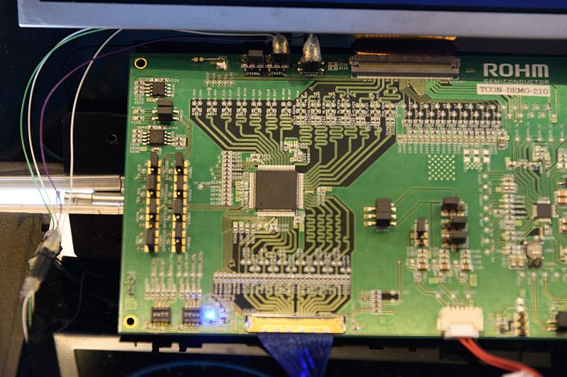 高精細液晶パネル向け機能安全導入車載チップセット。デモの液晶パネルはFHD