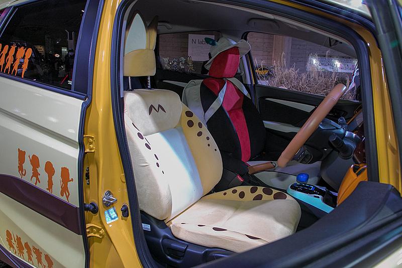 インテリアもけものフレンズ仕様。運転席はサーバルをイメージ。助手席はかばんちゃんをイメージしている