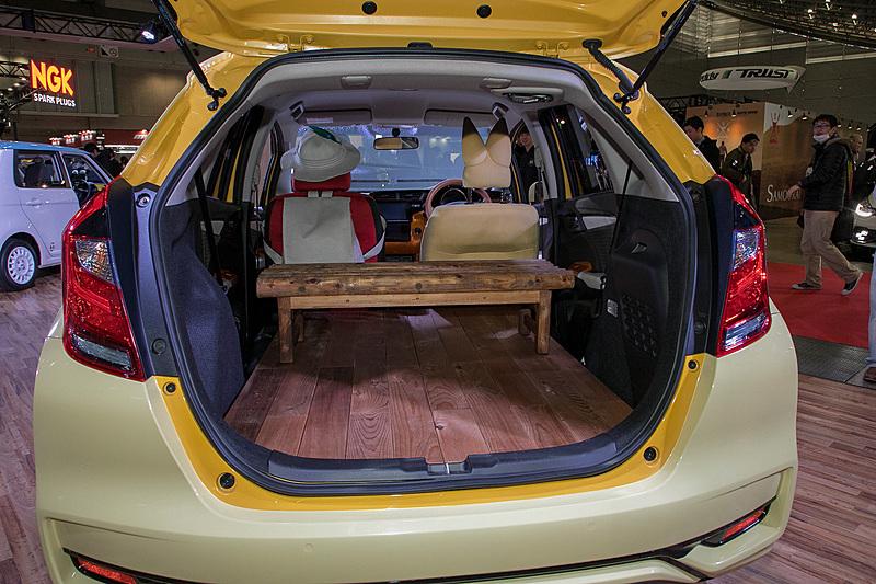 リアシートがなく板張りの床に丸木で組んだテーブルを載せている。ここはショーモデルとしての作り。装着アイテムは市販されていない