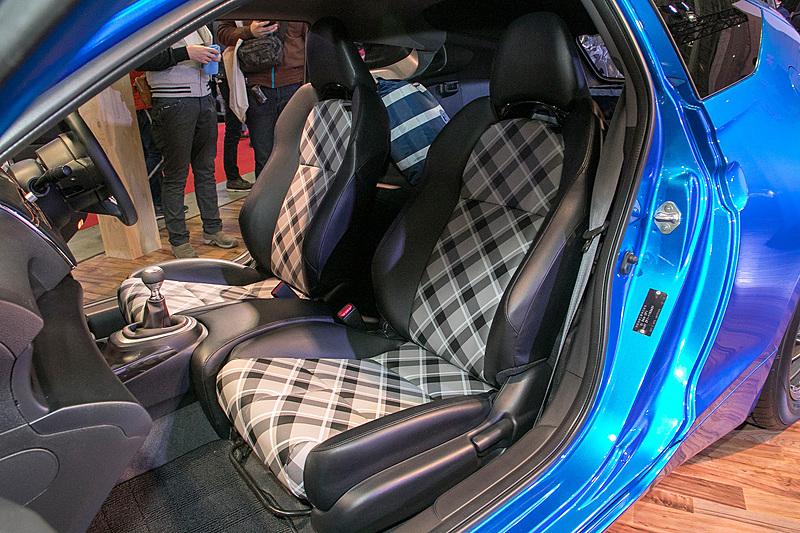 メーターはクルマのイメージに合わせるためアメリカのオートメーターを使っている。シートの生地はホンダモンキーのシート表皮と同じ素材を使う