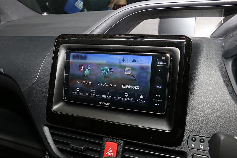 デモカーのセンターコンソールに「MDV-Z905W」を設置。スマホライクな軽快な操作感や実際に車内で聞こえてくるサウンドを体感でき、ナビオプションとして2月下旬発売予定となっている9V型WVGAリアモニター「LZ-900」(オープンプライス)もチェック可能