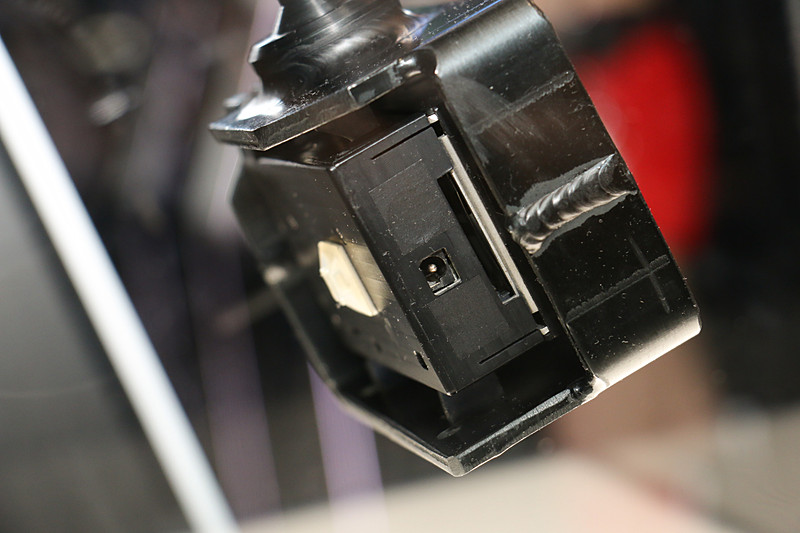 SUPER GTのGT500クラスのマシンに搭載され、車載映像の撮影に使われている専用カメラ。TV放送でも使われる高精細な映像を記録する一方、レースマシンが発生する強烈な前後左右のG、高温多湿な環境などに対応する