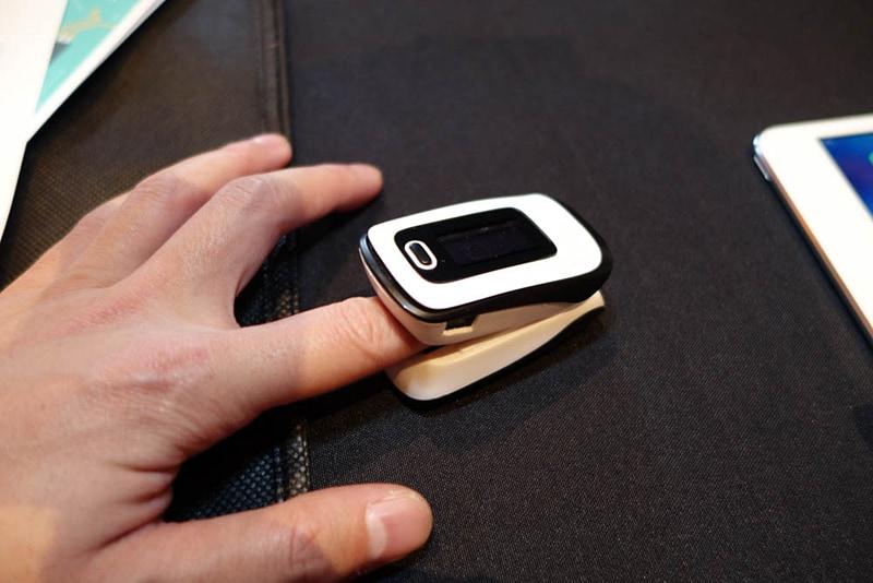ロームが「CES 2018」で展示した血圧センサ。これはモックアップだが、このサイズにバッテリーまで実装できるという