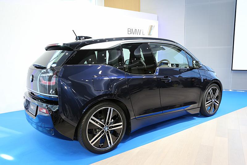 新型i3(LODGE)のレンジエクステンダー装着車。ボディサイズは4020×1775×1550mm(全長×全幅×全高)、ホイールベースは2570mm。車両重量はピュアEVのi3よりも120kg重い1420kg。新型i3では、2016年から採用している33kWhのリチウムイオンバッテリーを搭載し、1回あたりの充電走行距離は390km。モーターは最高出力125kW/170PS、最大トルク250Nmを発生し、ハイブリッド燃料消費率(JC08モード燃費)は24.7km/L