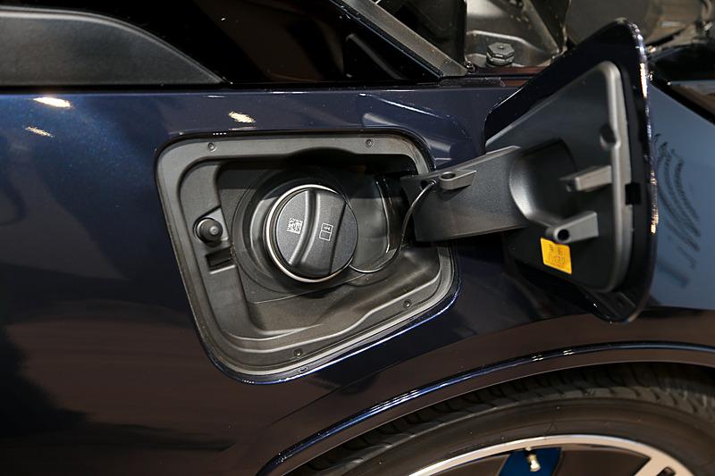 レンジエクステンダー装着車のため、ガソリン給油口が右側のフロントフェンダーに用意される