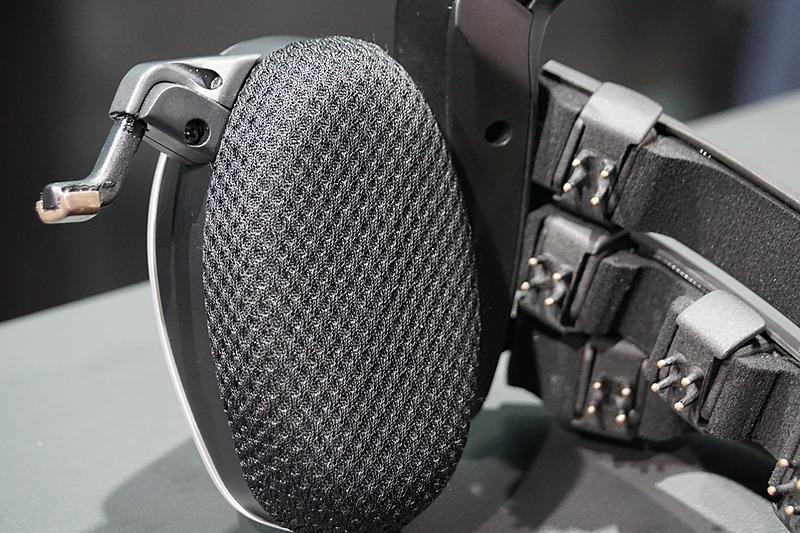 耳の部分や頭部に電極が仕込まれているヘッドセット